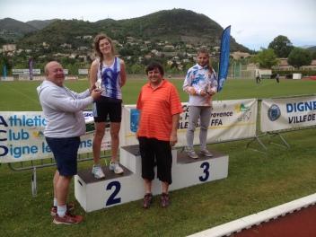 Léa, Vice-Championne de Provence récompensée par Gérard STIRER, Président de l'ACD et Jean-Luc WEISS, Vice-Président de la Ligue de Provence d'Athlétisme